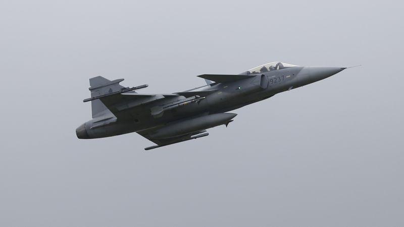 Nejsou piloti, armáda proto láká civily a záložáky