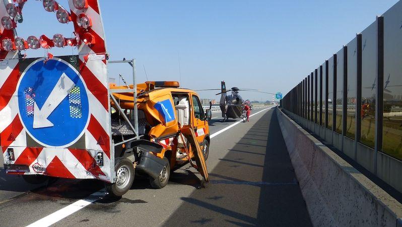 Dodávka na D1 narazila do auta silničářů a hodila ho přímo na policejní vůz