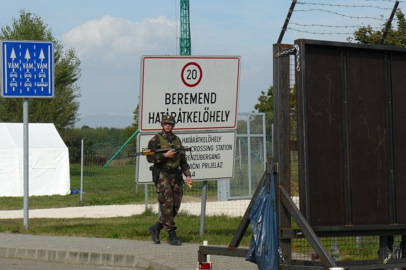 Maďarský voják u hraničního přechodu Beremend