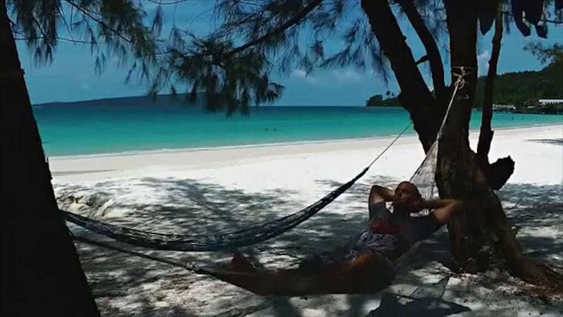 Muž jediný hrábě pláž