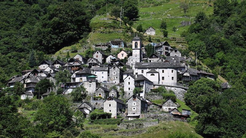 Ze švýcarské vesničky se 13 obyvateli se stane hotel