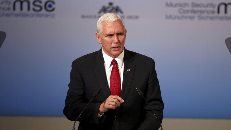 Skupina republikánů kvůli volbám žaluje viceprezidenta Pence