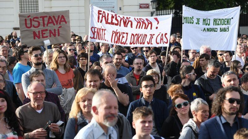 Nejsme ruská kolonie, demonstrovali lidé proti Zemanovi na Pražském hradě