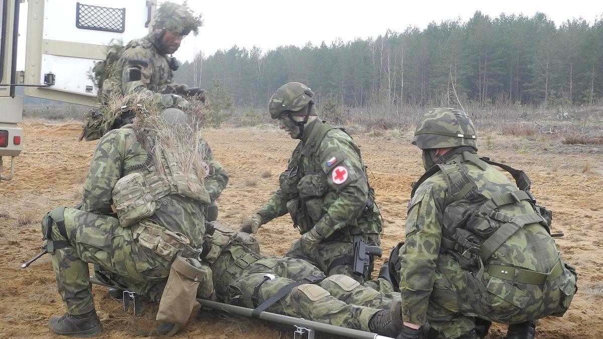 Zraněného vojáka po výbuchu granátu propustili z nemocnice