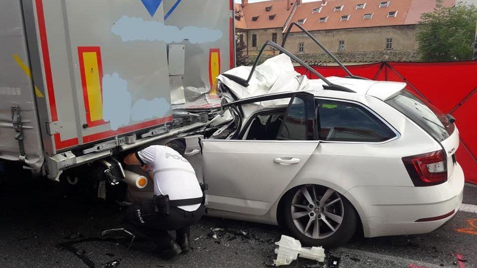 Řidič octavie na D5 vrazil zezadu do náklaďáku, nehodu nepřežil