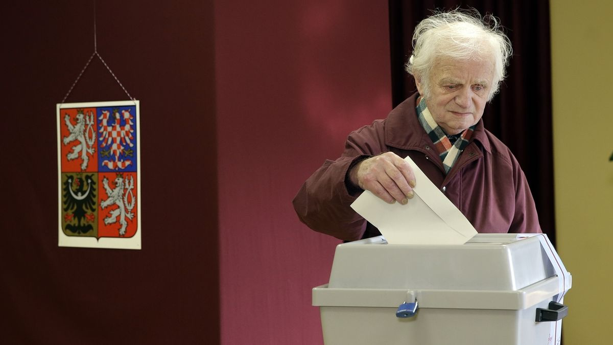 Vhození obálky do volební urny