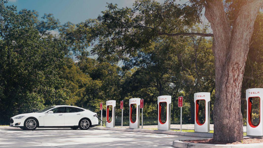 Tesla otevře své nabíjecí stanice dalším elektromobilům