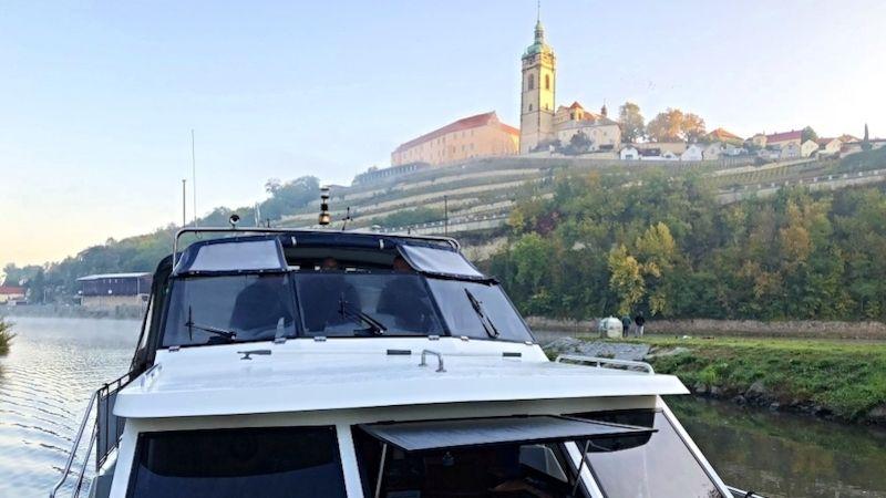 Vltava, řeka mnoha podob, končí svou pouť mezi mělnickými vinohrady