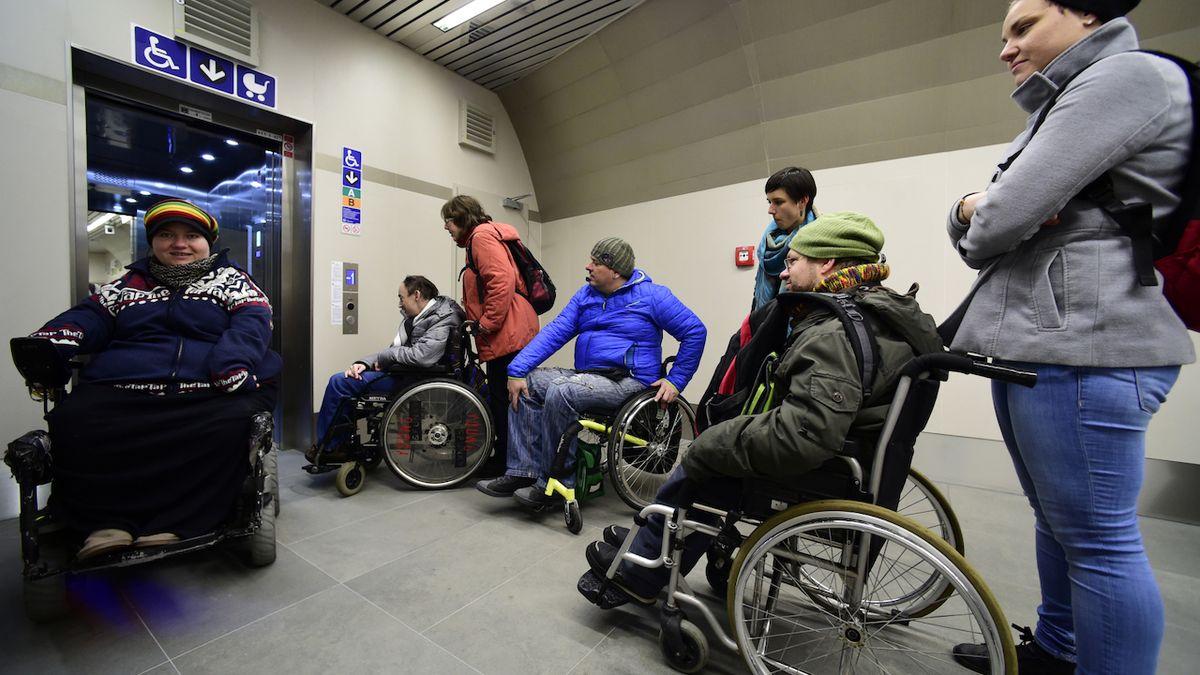Zoufalí vozíčkáři. Pražský magistrát jim nekompromisně zrušil autobus, který jezdil od roku 1995