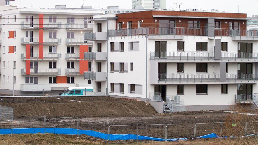 Už tak drahé byty ještě zdražují. Není z čeho je stavět