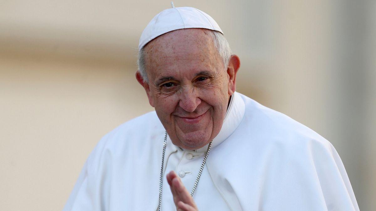 I papež chodí pozdě. Uvízl ve výtahu