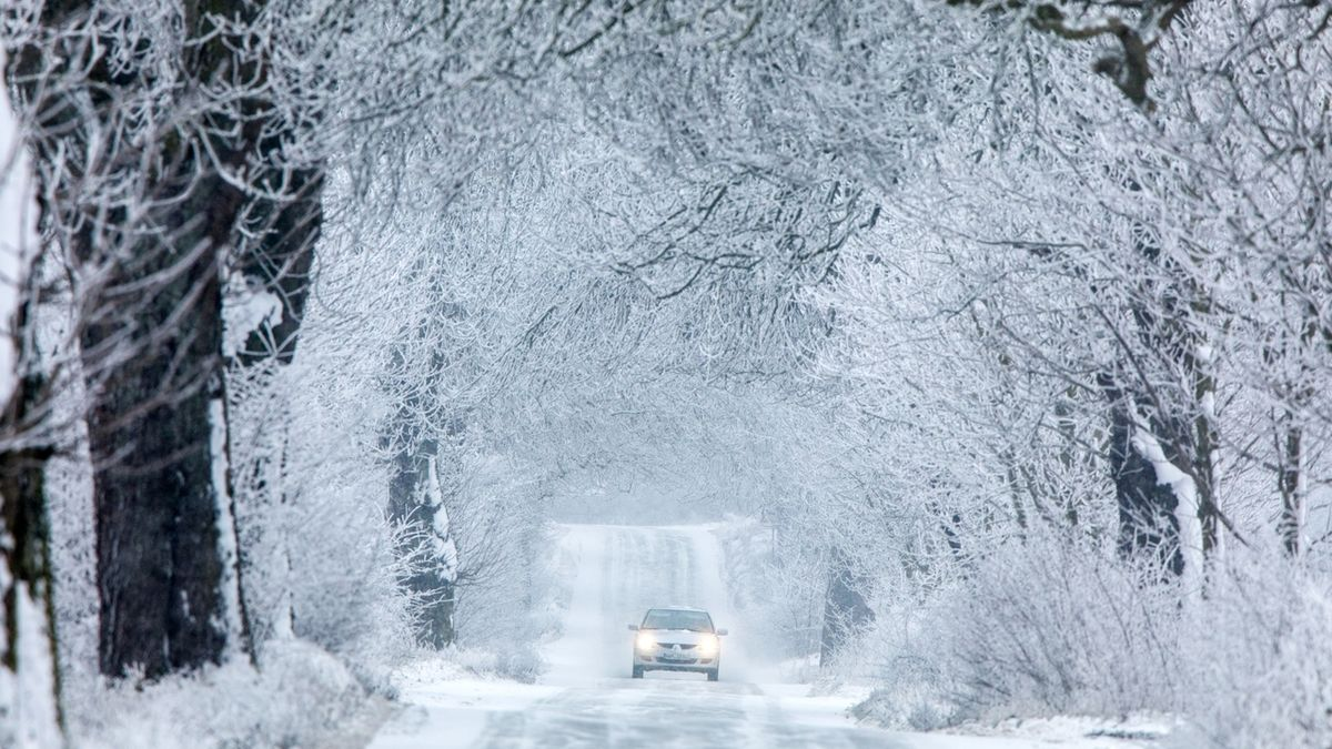 Silnice pod sněhem, ledovka a špatná viditelnost. Řidiči v Česku bojují s počasím