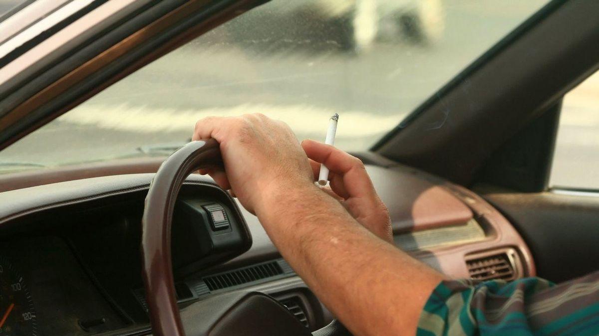 Zákaz kouření za volantem? Ani nápad