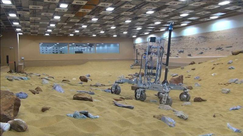 Nové vozítko mise ExoMars je dokončeno, příští rok má zamířit k rudé planetě