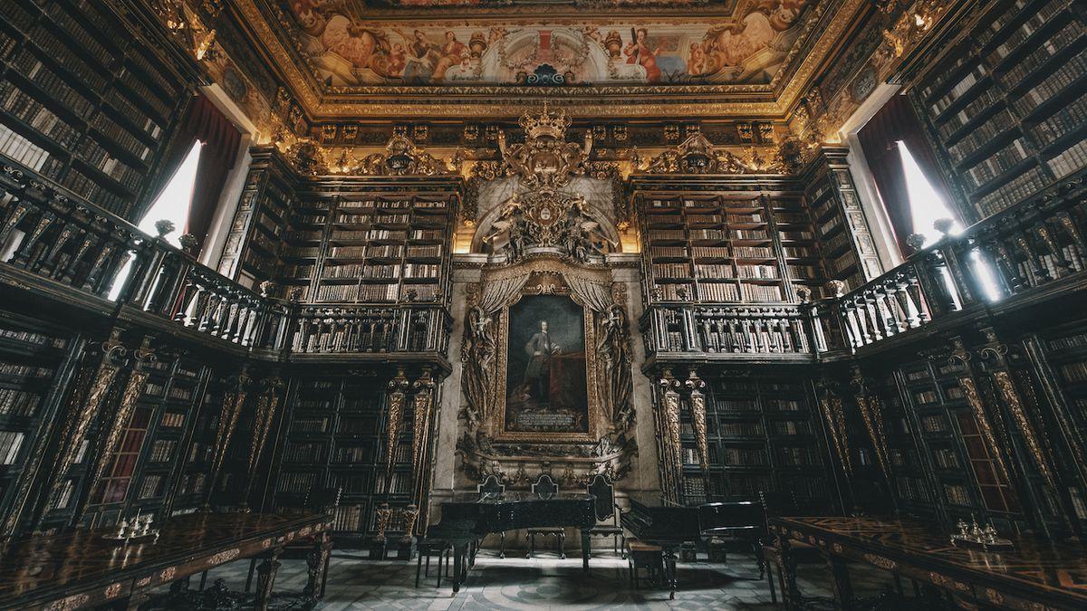 Nablýskanou knihovnu jako z pohádky střeží netopýři