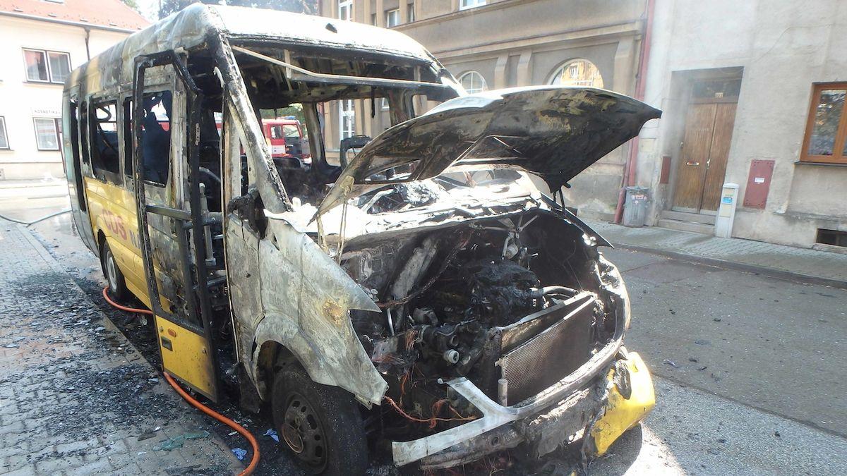 Na Náchodsku vzplál minibus, uvnitř byl řidič