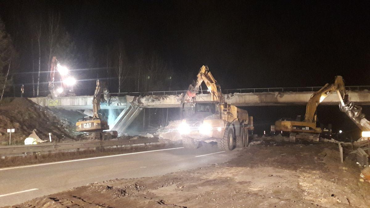 Bourání mostu uzavře o víkendu D11 u Prahy