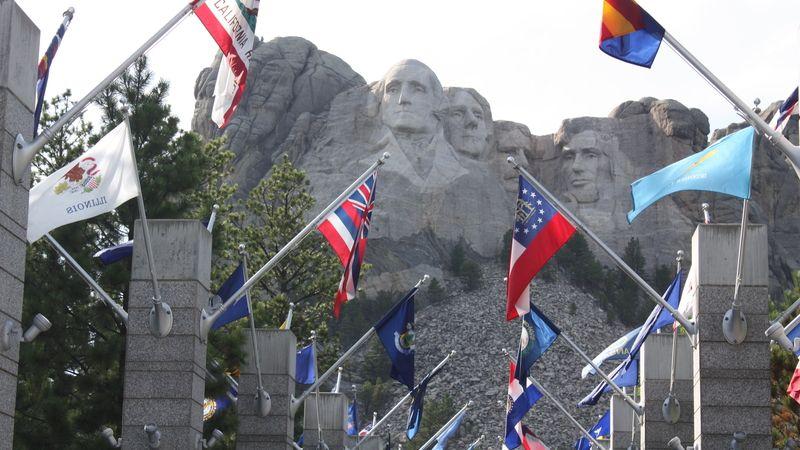 Mount Rushmore s vytesanými potréty amerických prezidentů