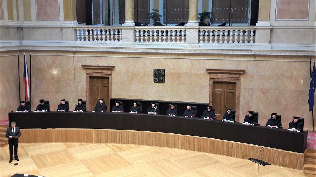 ÚS: České soudy nemohou uznávat zahraniční rozhodnutí o osvojení dětí homosexuály