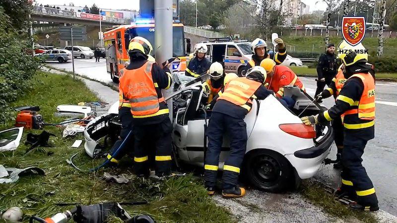 Mladý řidič v Ostravě narazil do sloupu. Ze zdevastovaného auta ho vyprošťovali půl hodiny