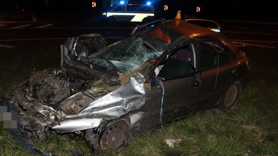 Řidič zdemoloval auto na kruhovém objezdu a utekl. Našli ho na dálnici