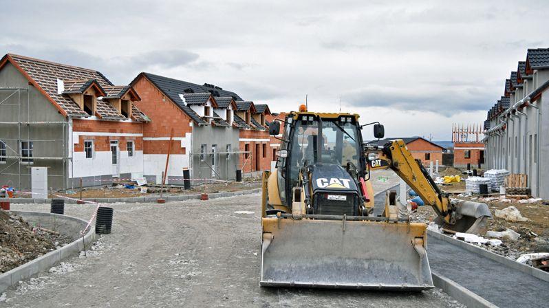 Stavět byty pro mladé, nebo domovy seniorů?