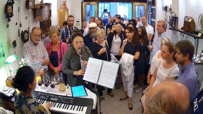 Vbudově Mozartea vPraze zazněla mezi starými hodinami klasická imoderní hudba