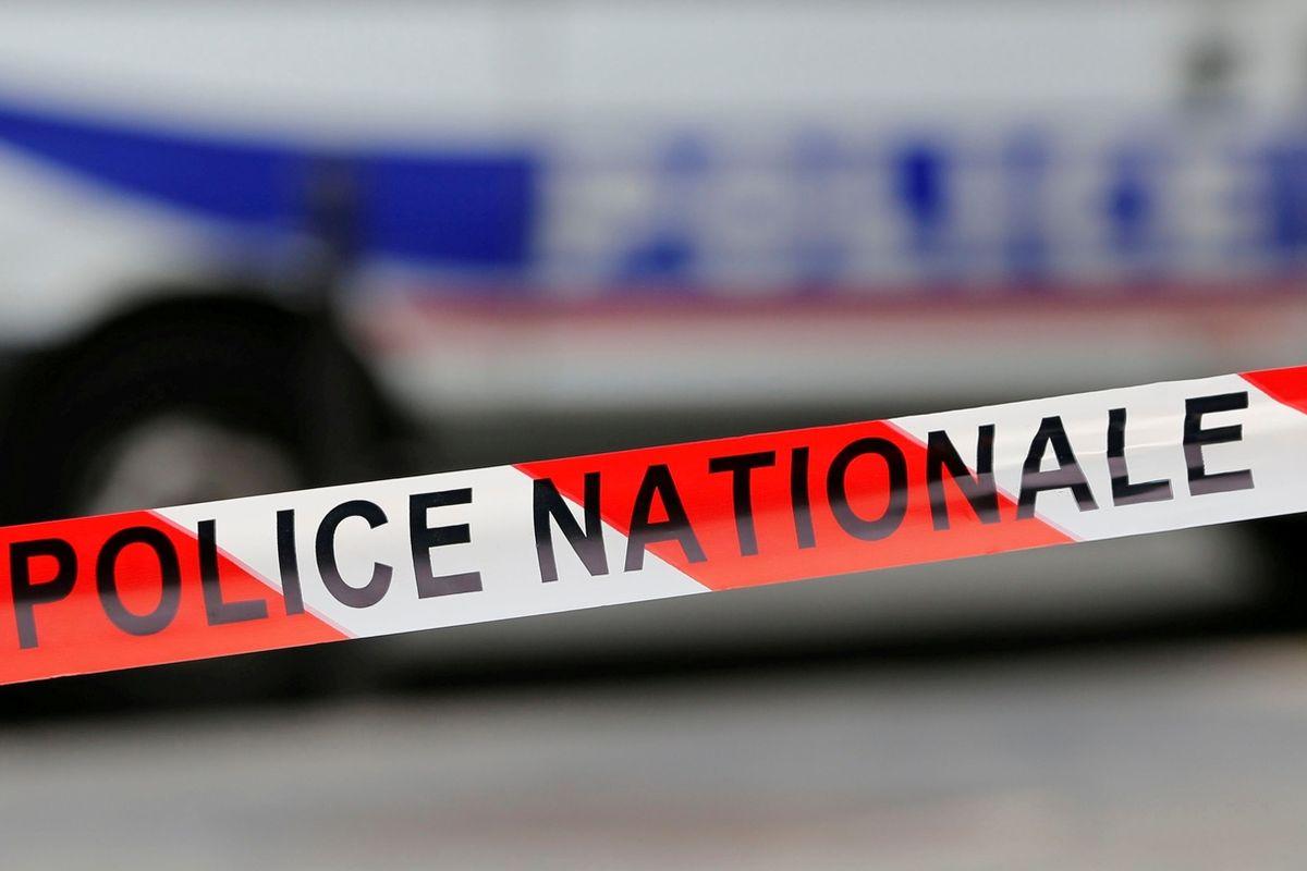 Útočník s nožem zabil u Paříže jednoho člověka a dva vážně zranil.