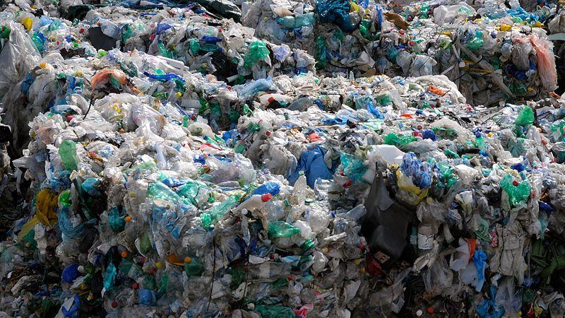 Covid zasypal svět plastovými krabičkami
