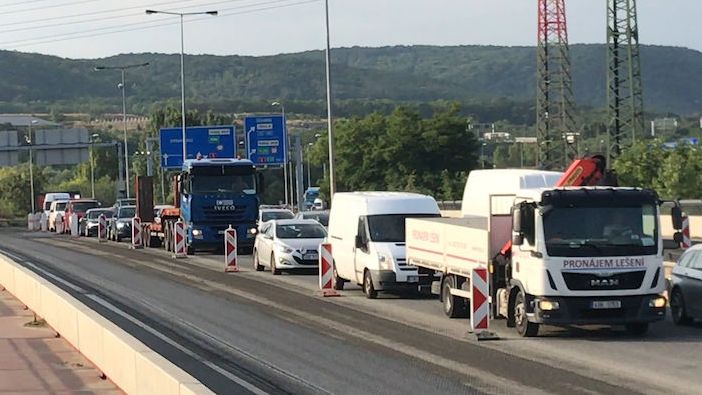 Autobusy měly při příjezdu do Prahy zpoždění, opravuje se Lahovický most