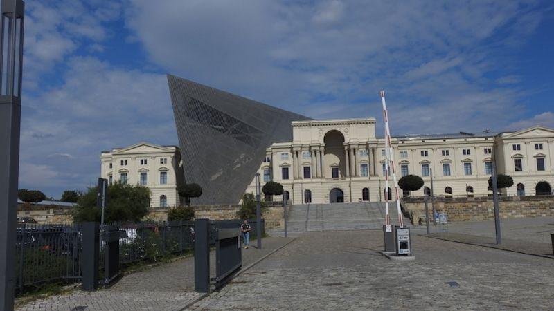 Smrtící choboty, ohňové kočky, torpédoví delfíni - zvířecí zbraně na výstavě vdrážďanském muzeu
