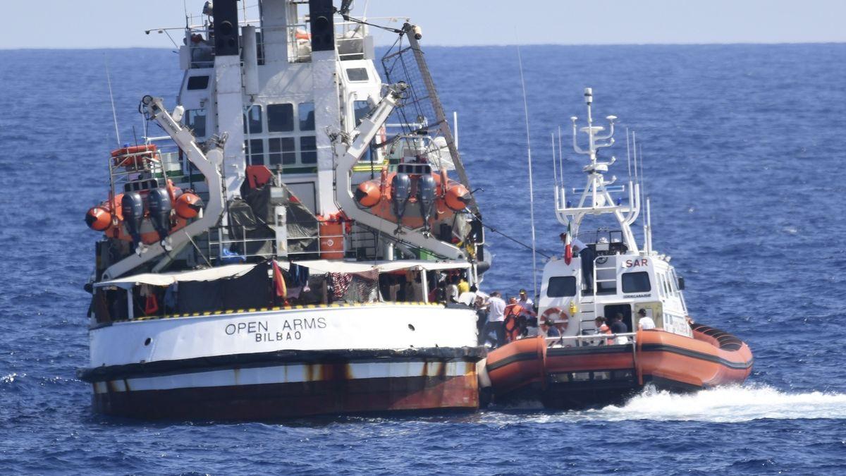 Loď Open Arms zabavit, migranty vylodit, nařídila italská prokuratura