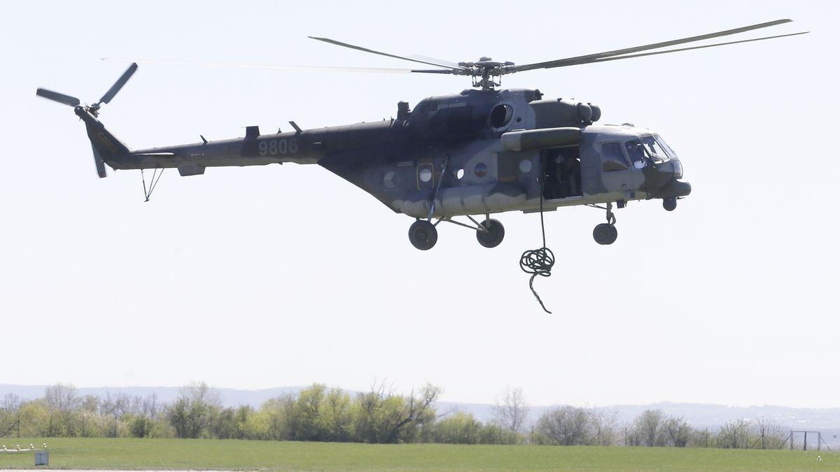 Na základně v Náměšti se při popojíždění srazily dva vrtulníky. Šetří to Vojenská policie