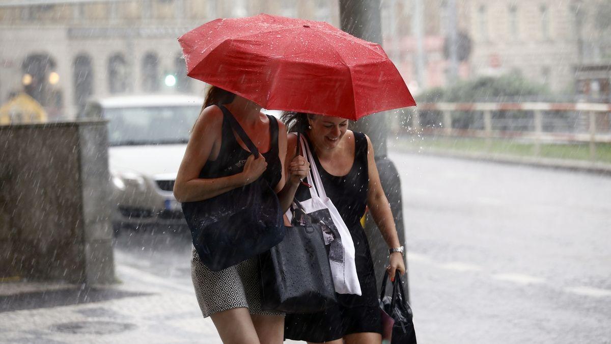 Jih Čech zasáhnou silné bouřky a přívalové srážky, varují meteorologové