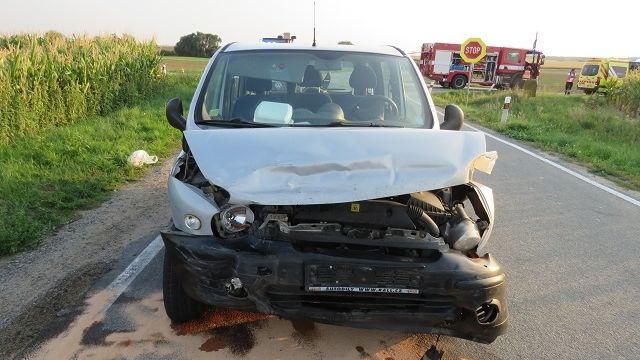 Fiat smetl na křižovatce auto, ve kterém se zranili tři lidé. Řidič utekl