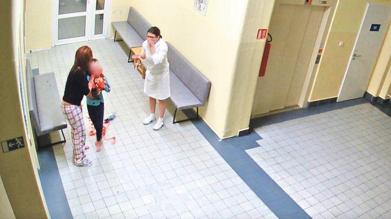Sestry měly přivolat ARO tým, řekla matka chlapce, který má po operaci poškozený mozek