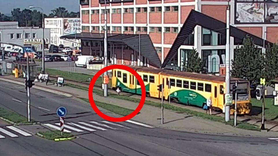 Tříletá holčička utíkala na zlínském nádraží za vlakem, protože z něj nestihla vystoupit její matka