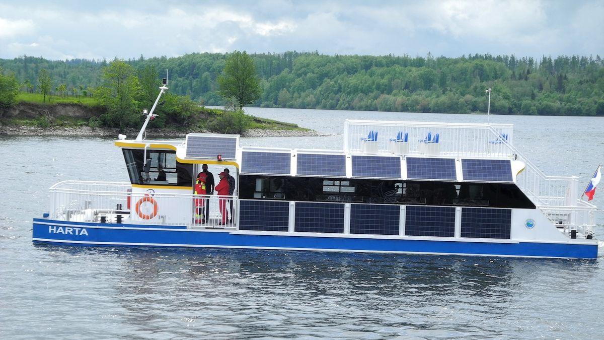 Výletní elektroloď stála kraj miliony, stojí u mola a turisty nevozí
