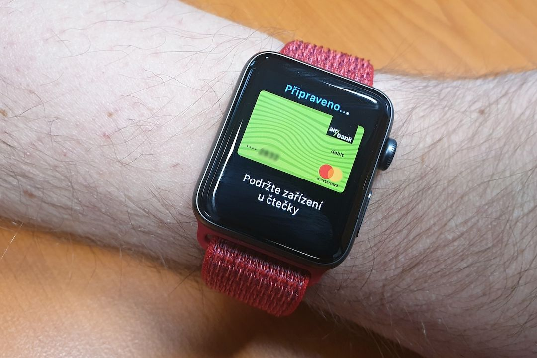 Apple Pay na chytrých hodinkách Apple Watch.