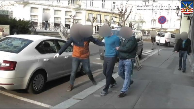 Z něj vyběhl. Video: Zmařená krádež vozu v Africe.
