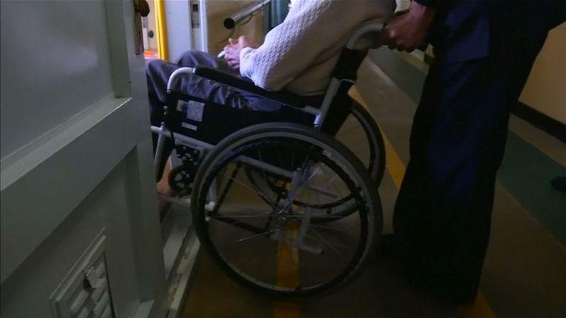 Kdo může, ať si vezme své seniory domů, prosí plzeňský hejtman