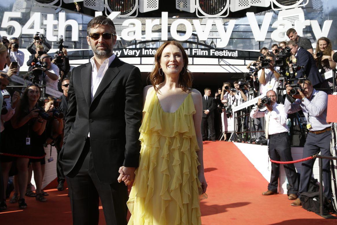 Julianne Moore s manželem Bartem Freundlichem před hotelem Thermal v Karlových Varech