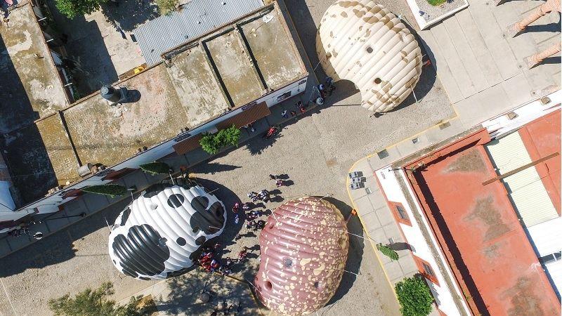 Mexické mobilní výstavní stany vypadají z výšky jako gigantické fazole