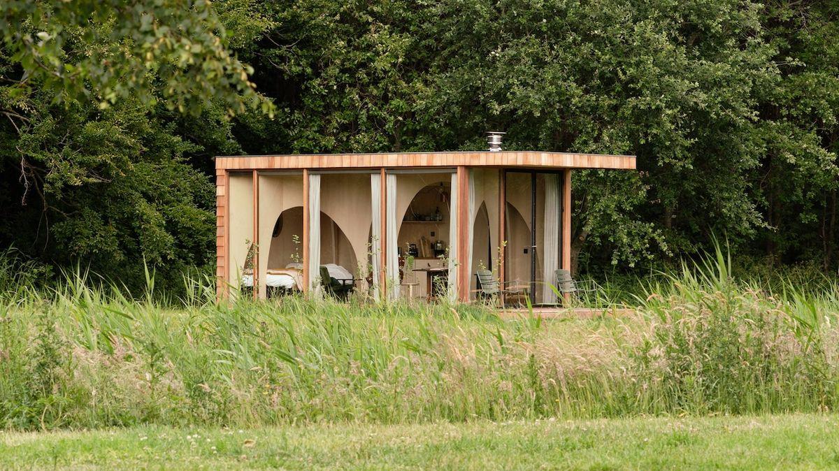 Mobilní dřevěná chata jako malý soukromý chrám