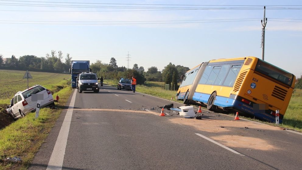 Řidičku na Zlínsku postihla nevolnost a narazila do autobusu, čtyři zranění