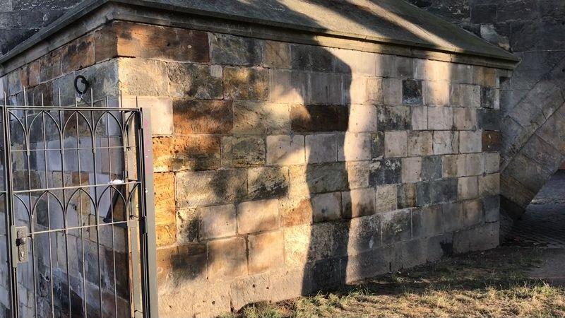 Graffiti z Karlova mostu přes noc zmizelo, restaurátoři ho přitom chtěli odstraňovat tři týdny