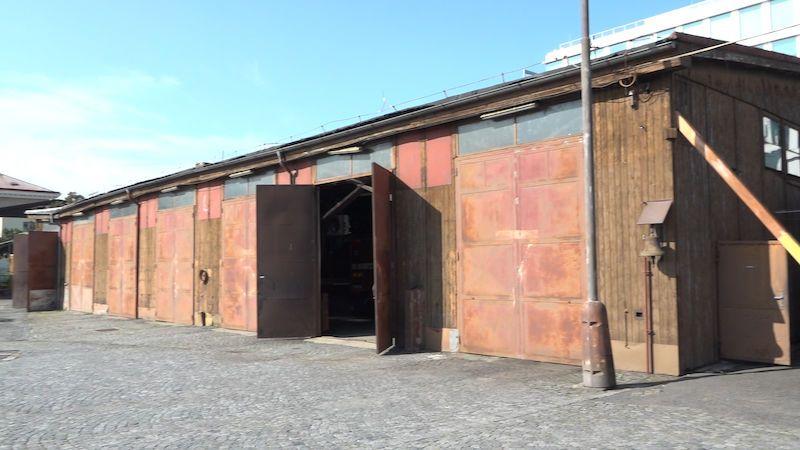 Celodřevěná hasičská stanice v Praze půjde k zemi. Vydali jsme se na poslední prohlídku