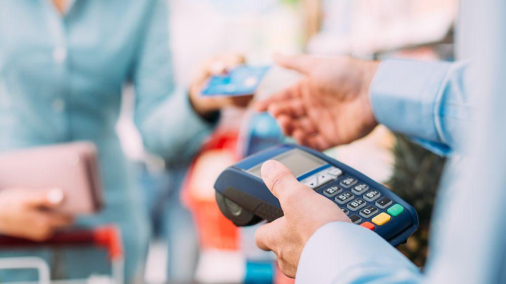 Bezkontaktní platby kartou nemusejí fungovat, varuje ČNB