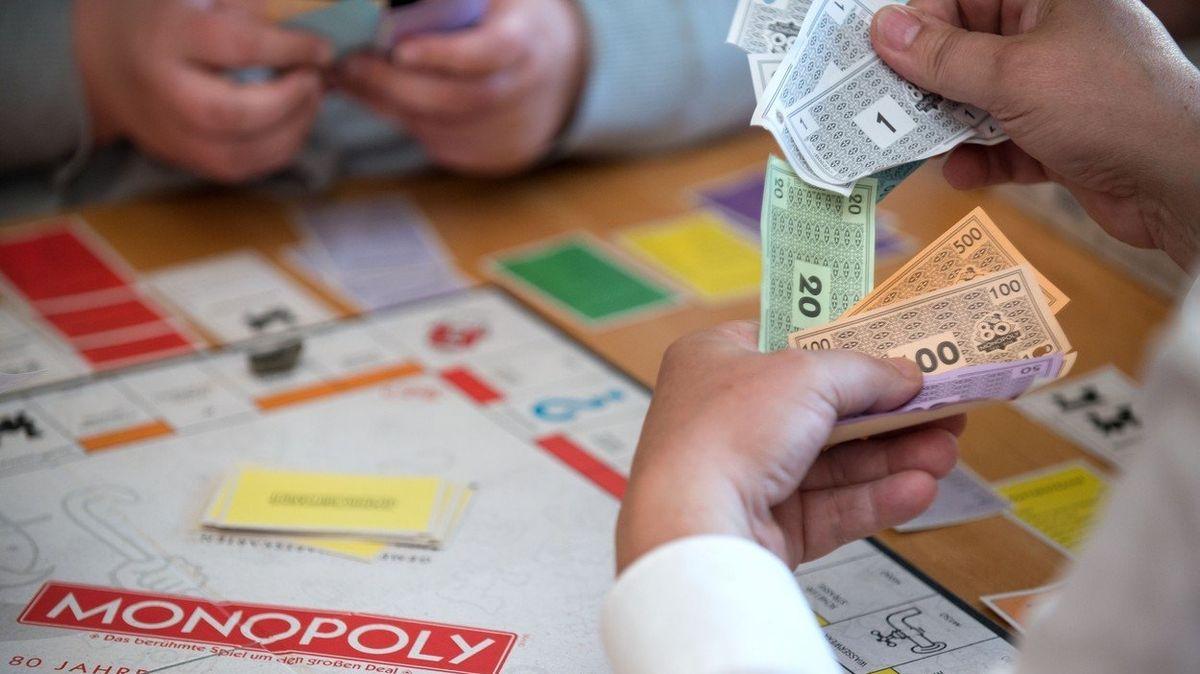 Irští mladíci popíjeli, útratu chtěli platit penězi z deskové hry