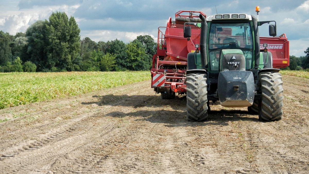 Samozvaný traktorista se pokoušel ujet z areálu družstva. Byl namol opilý